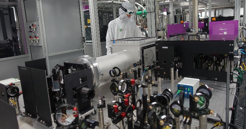 Tým vědců vyvinul v Česku velmi silný laser. Pomůže i v letectví