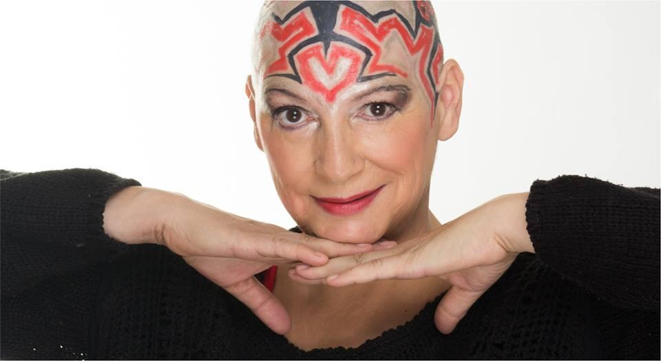 Česká výtvarnice s rakovinou vyrábí čepice pro ženy po chemoterapii