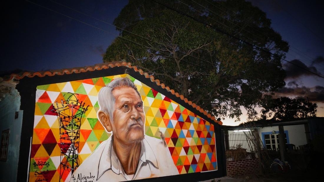 Mexičtí umělci vyobrazují na zdech domů místní seniory