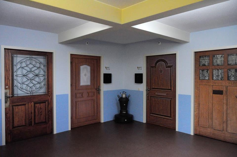 Dveře pokojů v nizozemském domově pro seniory připomínají domovy jejich majitelů
