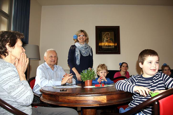 Děti a senioři společně tráveným časem bojují s problémy v komunikaci