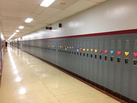 Student přichystal překvapení pro spolužáky. Ráno na ně čekalo 1300 ručně skládaných srdíček