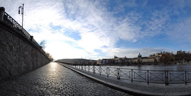 Náplavku pod Rašínovým nábřežím oživí lavičky i galerie