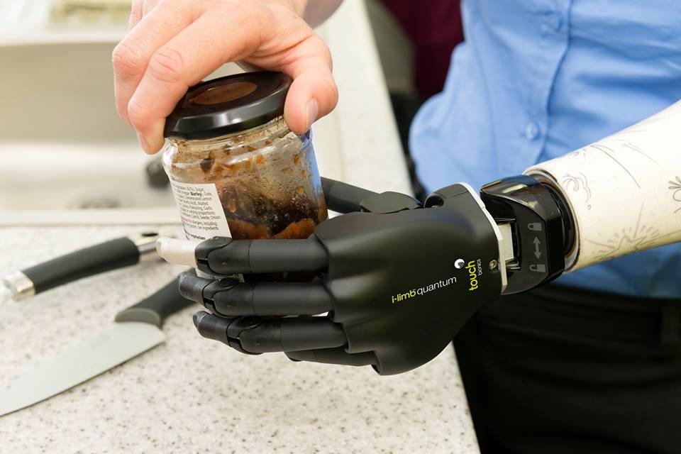 Nová generace bionické ruky zvládne mnohem více úchopů