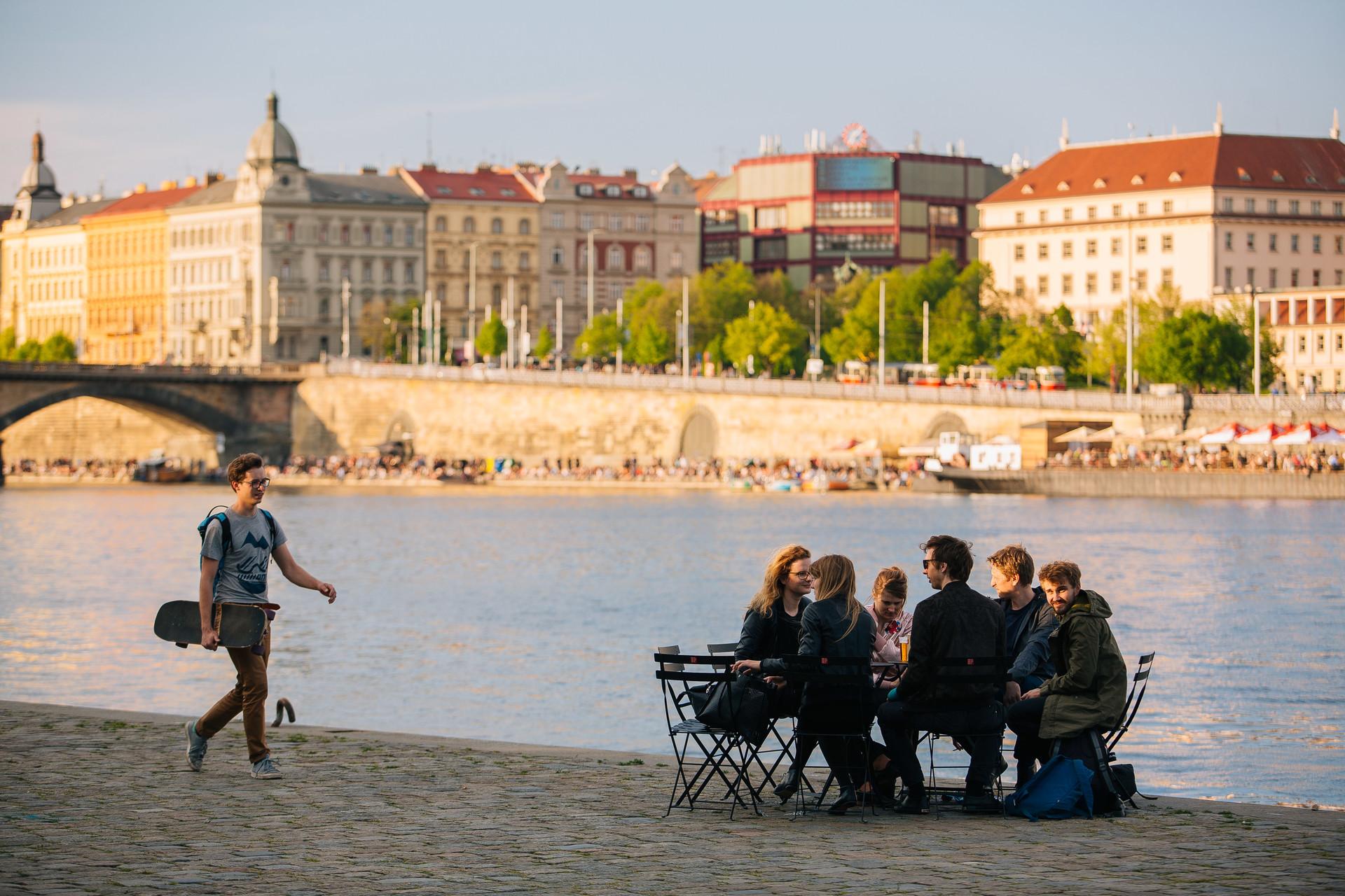 Do Prahy se s jarem vrátí stovky veřejných židlí a stolků