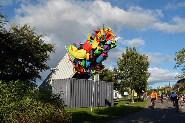 Umělec upozorňuje barevnými instalacemi na vysokou produkci odpadu