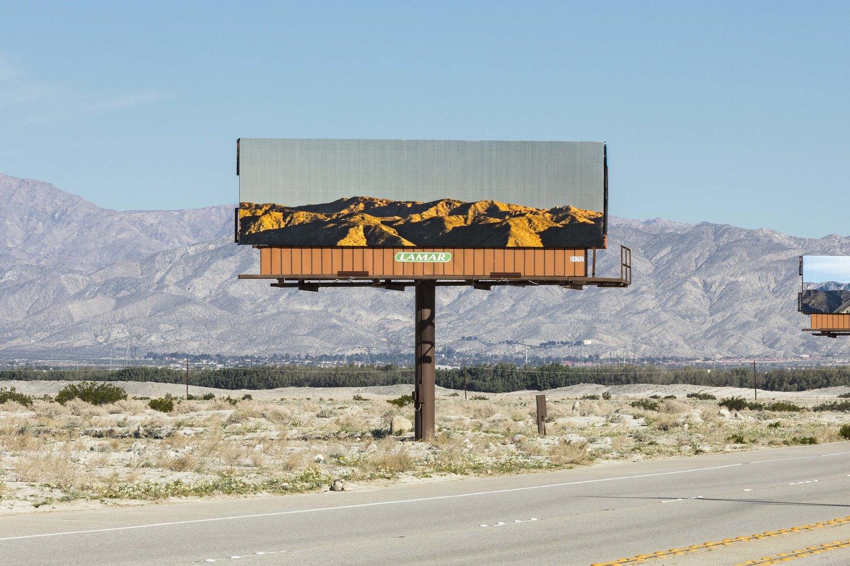 Umělkyně nahradila billboardy obrázky krajiny, kterou zakrývají