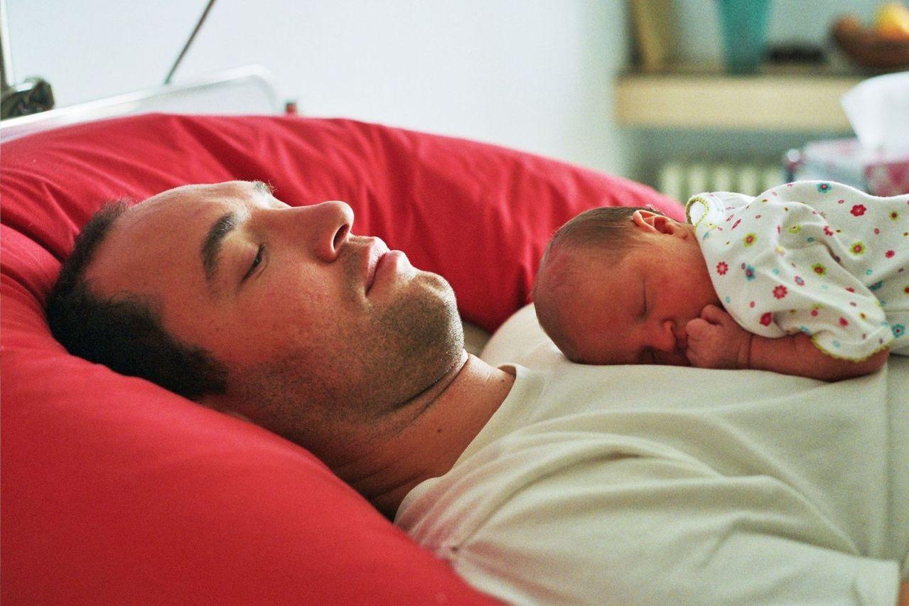 Týdenní dovolená pro otce nebo vyšší nemocenská pro záchranáře. Novela o nemocenském pojištění prošla senátem