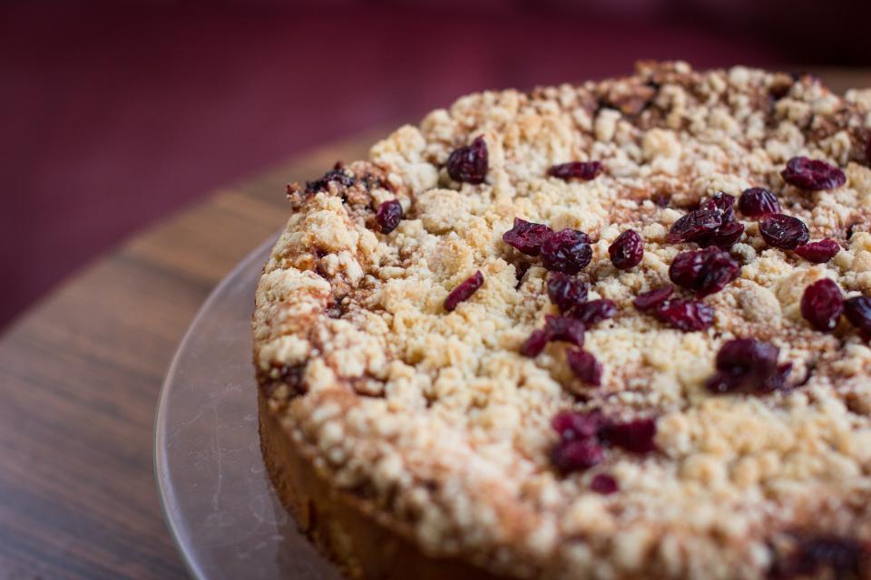Po smrti své ženy se stařík pustil do pečení, koláče rozdává