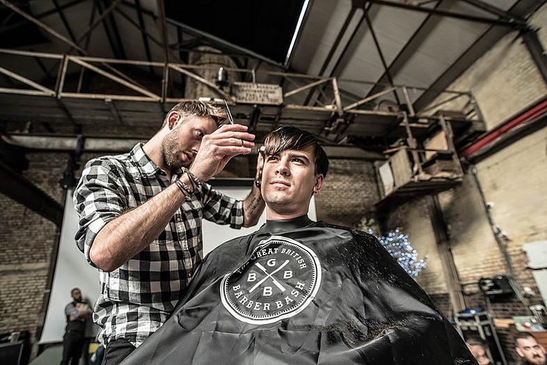 Holiči poskytují mužům při stříhání zároveň i terapie