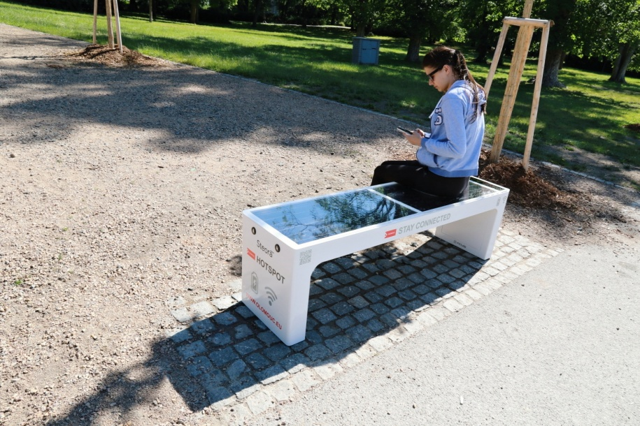 Olomouc má solární lavičky, součástí je wifi i nabíječka