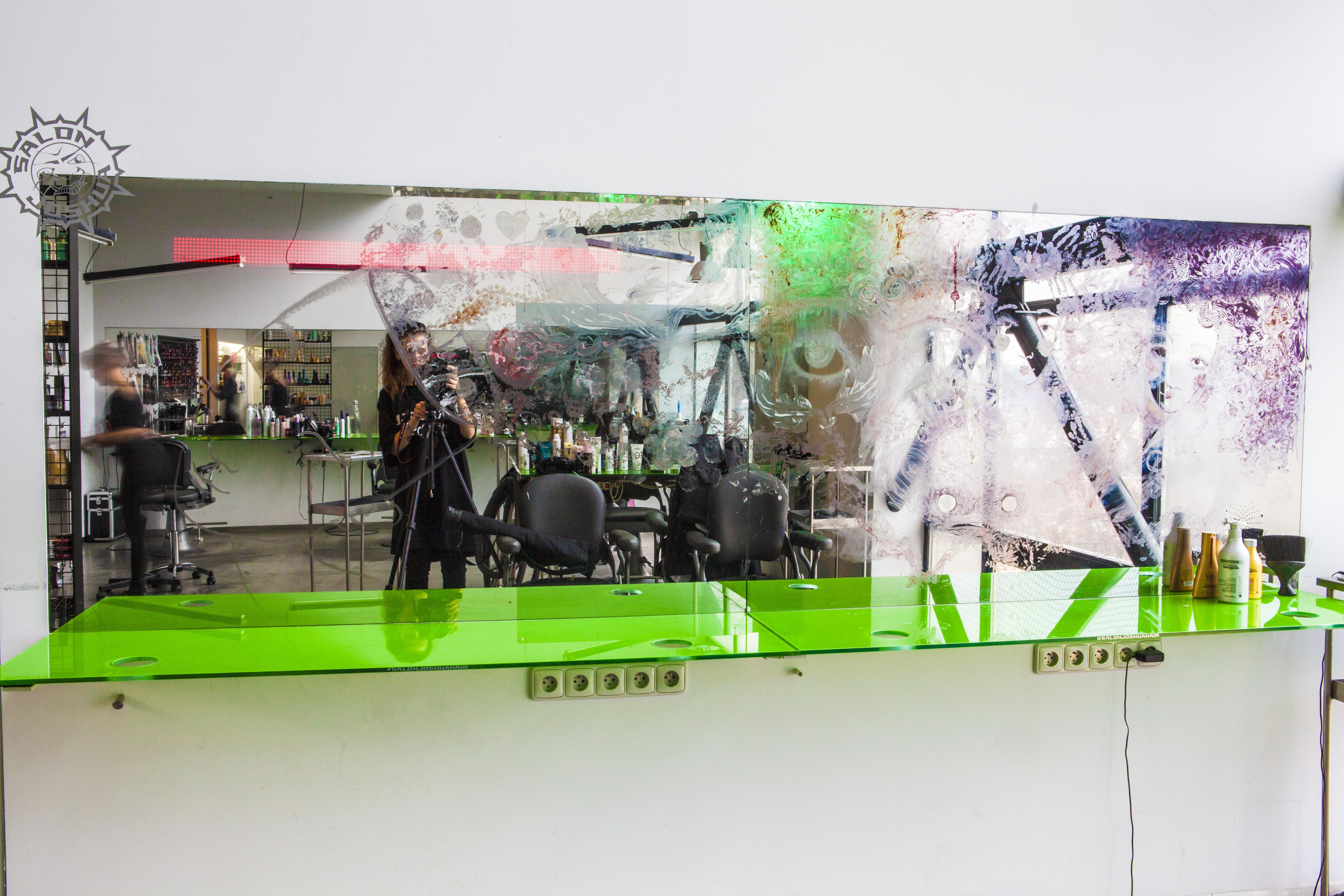 Projekt Mirrors proměňuje kadeřnická zrcadla v umělecká díla