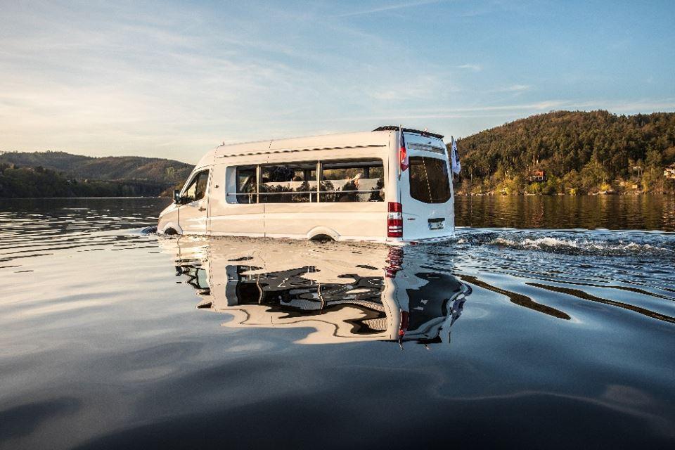 Česká firma sestrojila obojživelný minibus. Zájem je o něj i v Emirátech