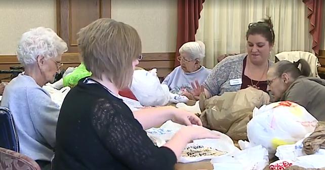 Senioři v USA mění igelitky v podložky pro lidi bez domova