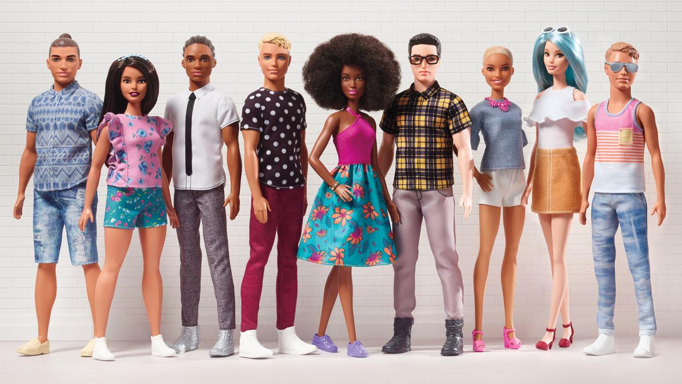 K panenkám Barbie nově přibyli i Kenové různé barvy pleti