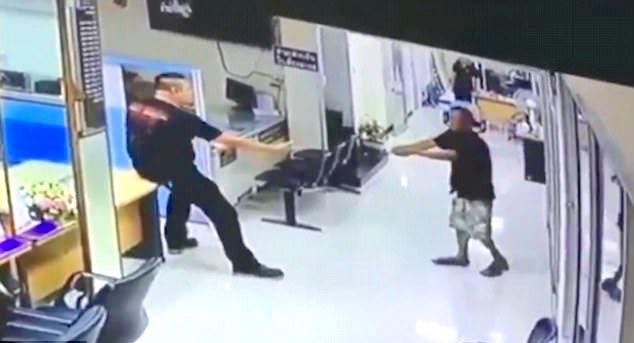 Policista uklidnil ozbrojeného muže objetím