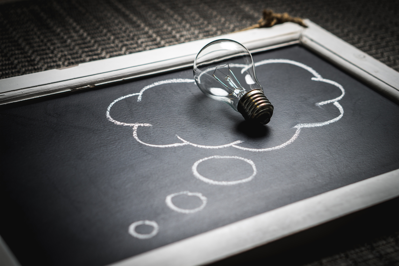 Představování si dialogů napomáhá kritickému myšlení