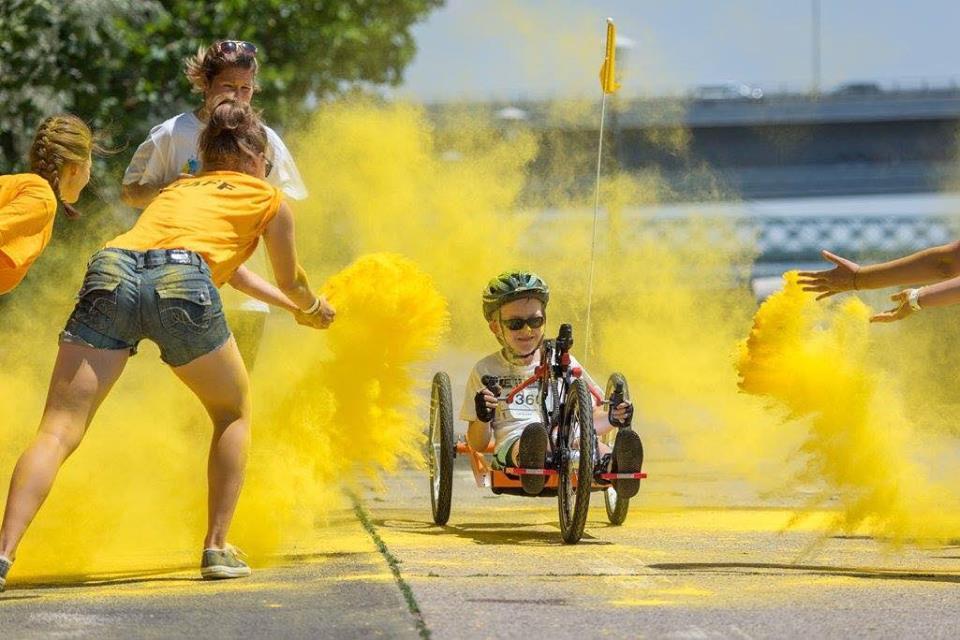 Vítr ve vlasech poskytuje speciální kola dětem s handicapem