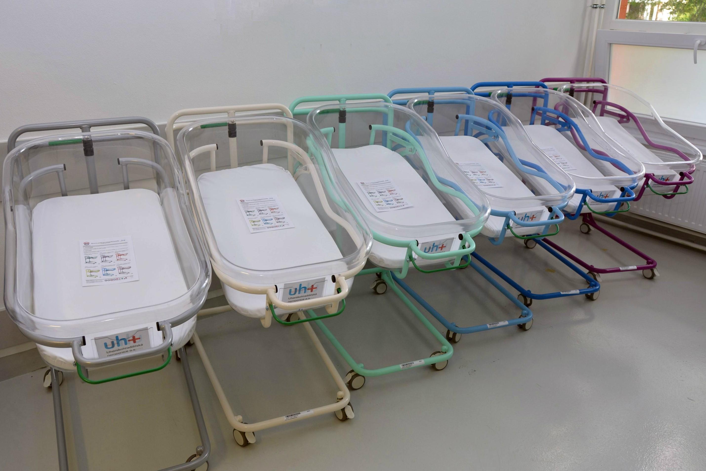 Uherskohradišťská nemocnice zapůjčuje maminkám postýlky pro novorozence