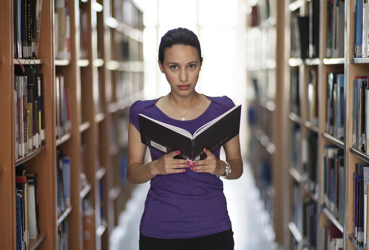 Živá knihovna skrze reálné příběhy odstraňuje předsudky ve společnosti