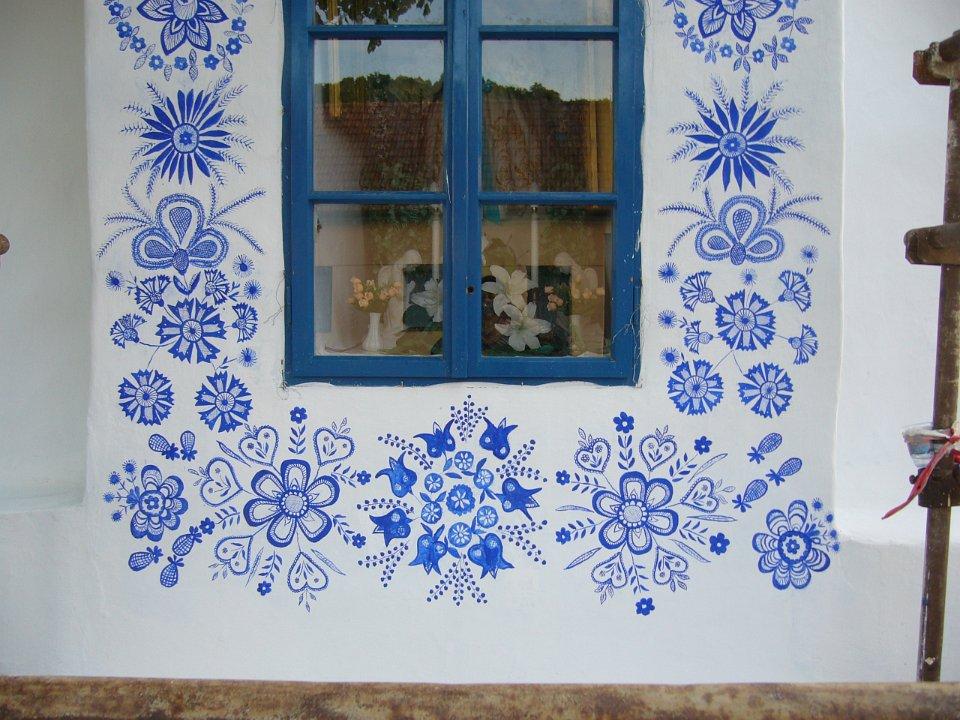 Babička zdobí obecní kapličku ručními malbami. Její příběh obletěl svět