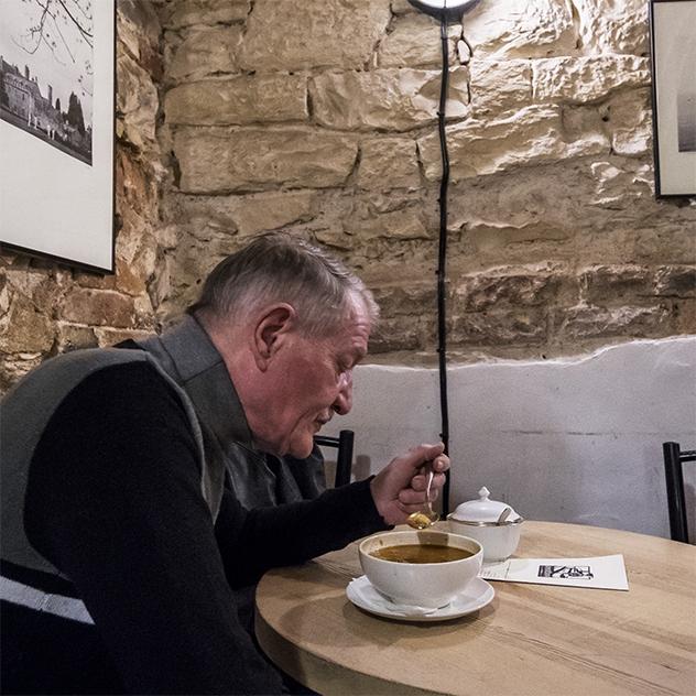 Projekt Stůl pro jednoho nabízí 1 teplé jídlo denně lidem bez domova