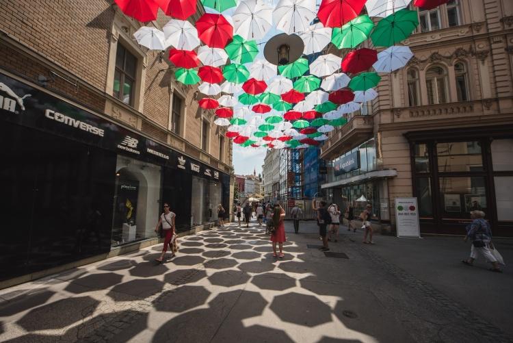 Barevné deštníky z České v Brně znovu pomohly potřebným