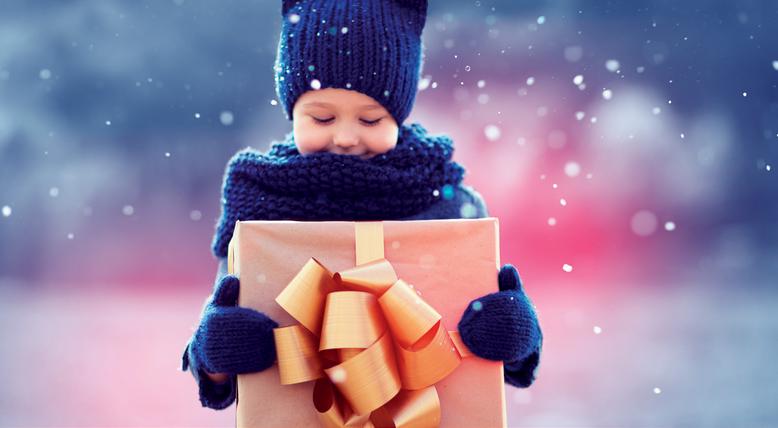 Děti darují dětem. Vánoční projekt Krabice od bot pomáhá těm chudším