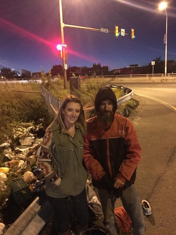 Bezdomovec pomohl ženě v nesnázích, odměnila ho hromadou peněz