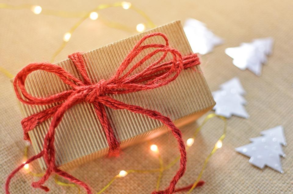 Nestíháte balit dárky? V Brně vám je zabalí zdarma