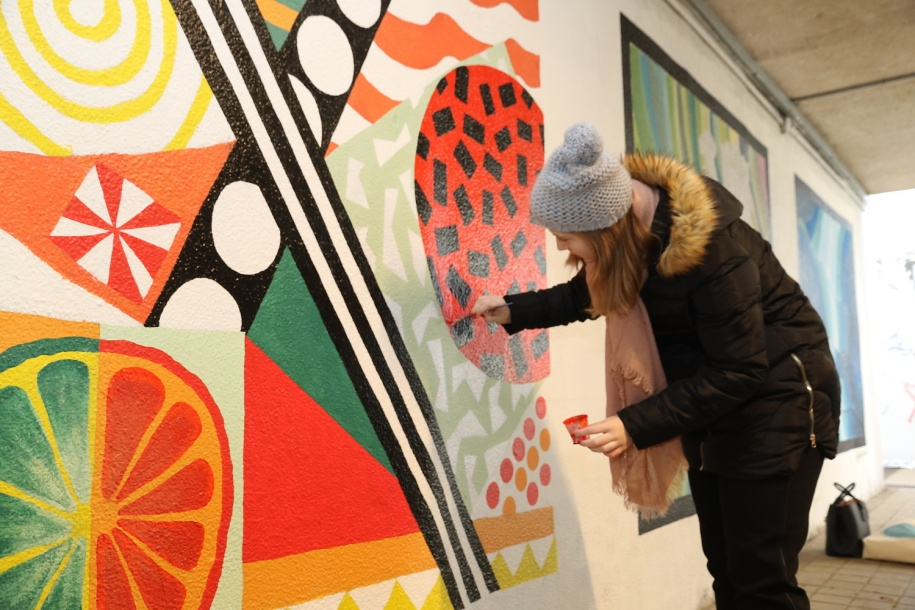 Studenti a seniorky ozdobili olomoucký podchod malbami