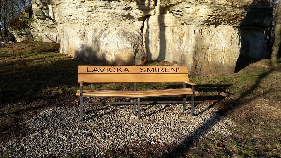 V Kralupech nad Vltavou nově stojí lavička smíření