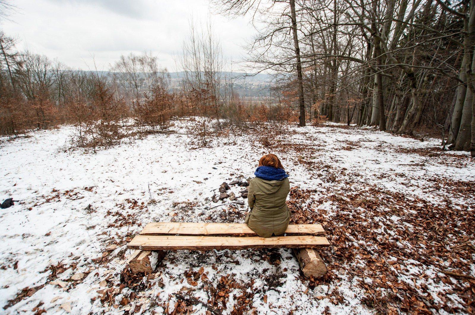 Mladý pár vyrábí lavičky a umisťuje je do přírody. Do iniciativy #BloumejBrdy se můžete zapojit i vy