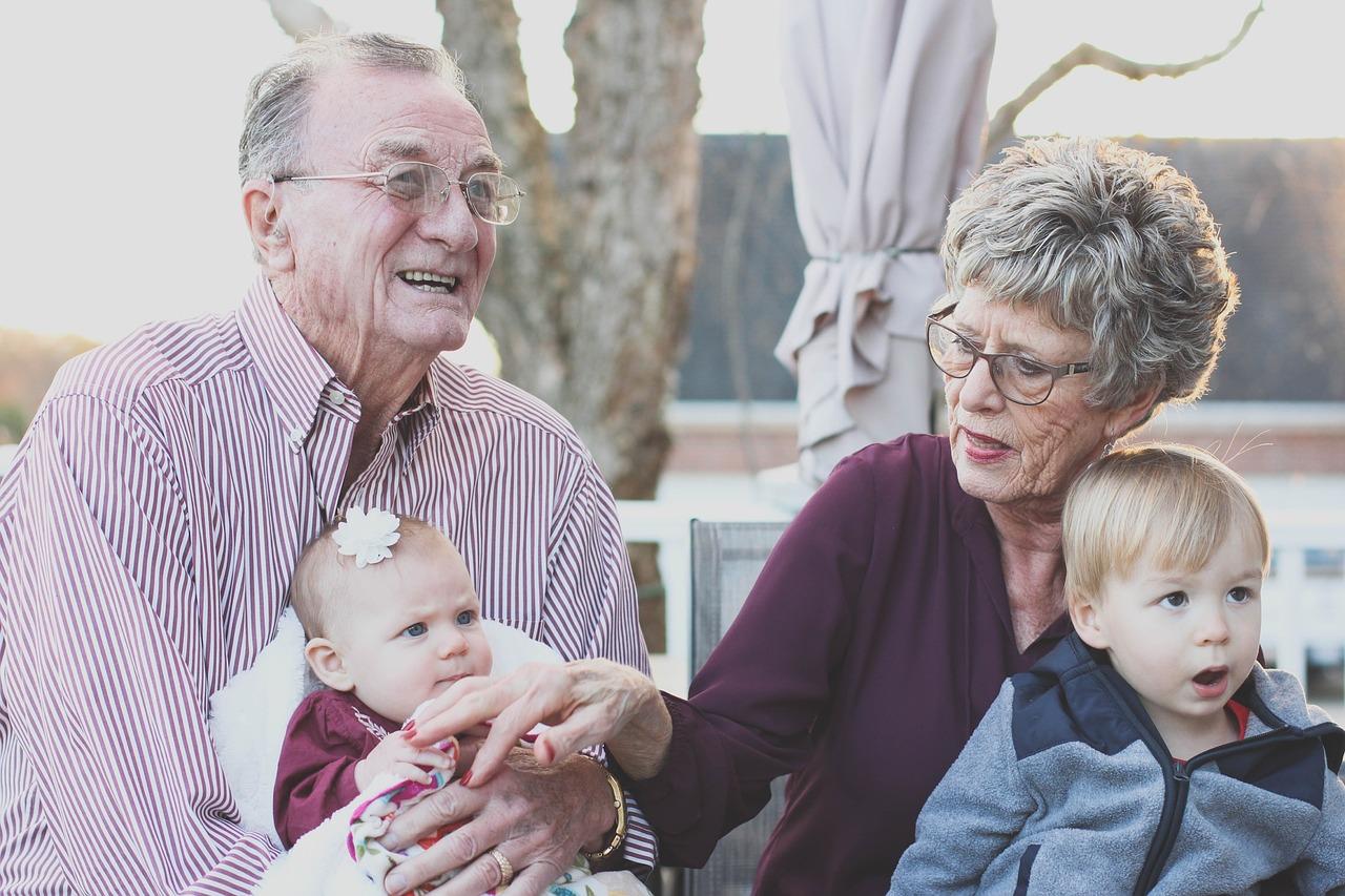 Děti, které tráví hodně času s prarodiči, mají lepší vztah ke stáří