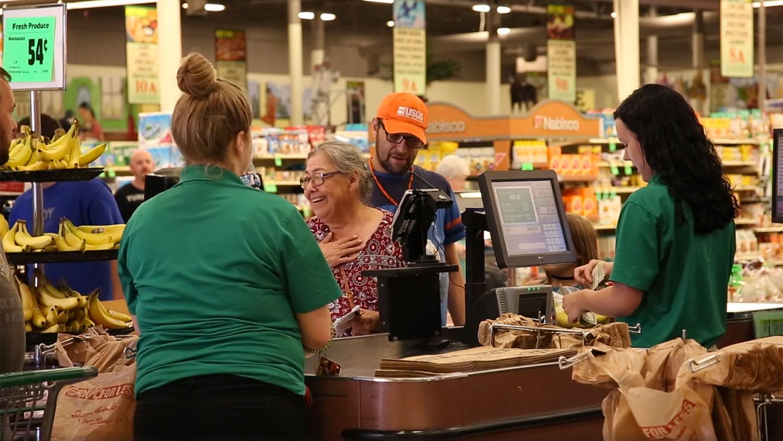 Dobrovolníci v rámci projektu platí za nákupy cizích lidí