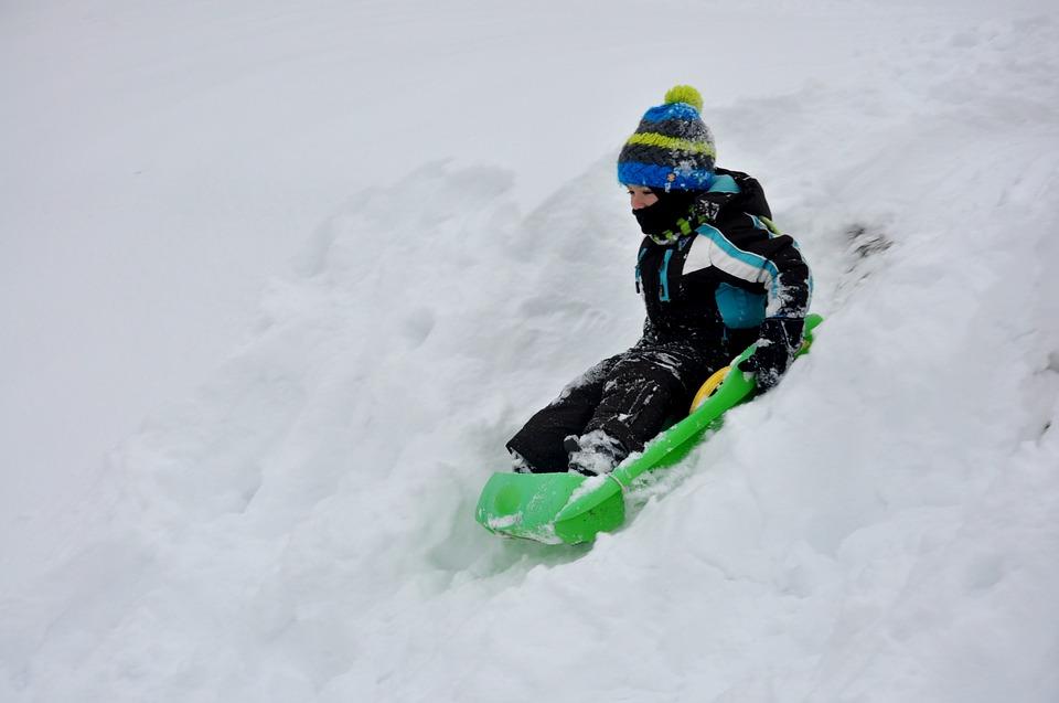 Sníh stále nikde, v Hradci proto dětem zasněžili park pomocí děla