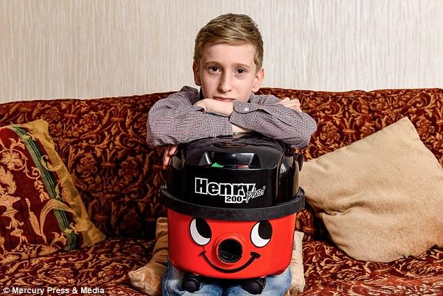 Třináctiletý chlapec si vydělává opravou starých vysavačů