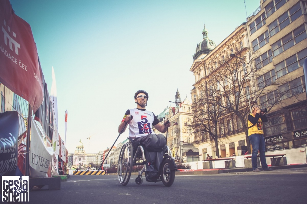 Handicapovaní a zdraví vyjezdili na Václaváku peníze pro charitu