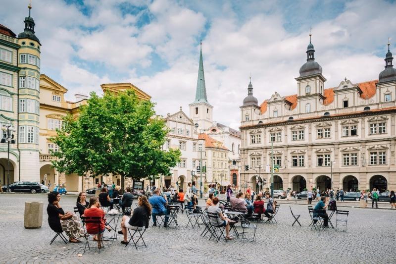 Veřejné židle a stolky se vracejí do Prahy, oživí přes 60 lokalit
