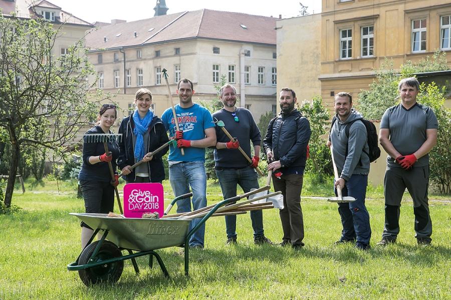 Stovky dobrovolníků se připojily k firemnímu dni dobrovolnictví