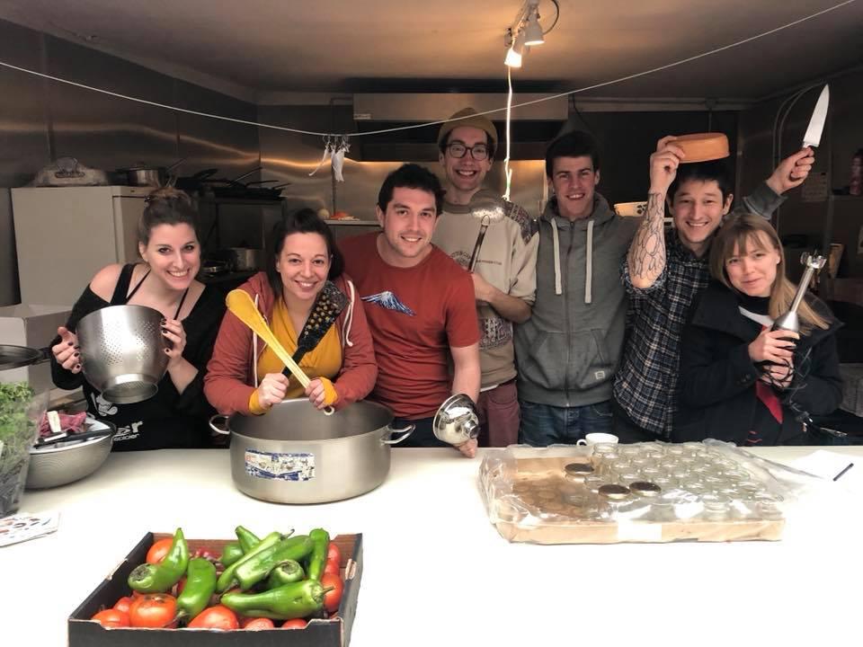 Dobrovolníci v Bruselu dělají džemy ze zachráněného ovoce