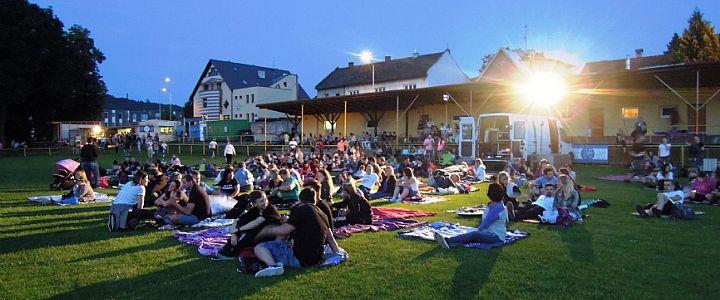 Letní filmová představení lákají diváky. Někde za symbolickou cenu, jinde zadarmo