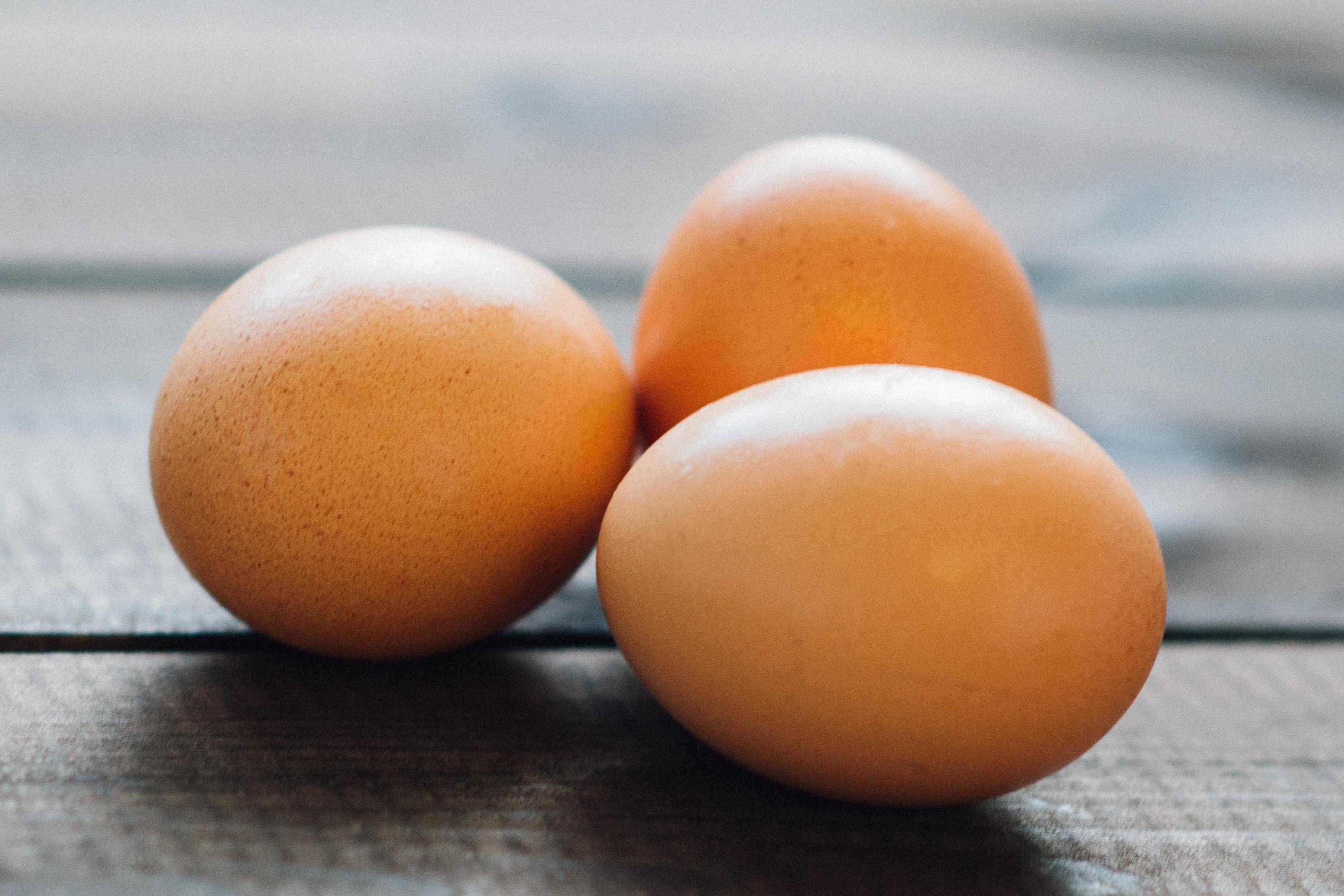 Obchodní řetězce v Česku pomalu stahují nabídku klecových vajec