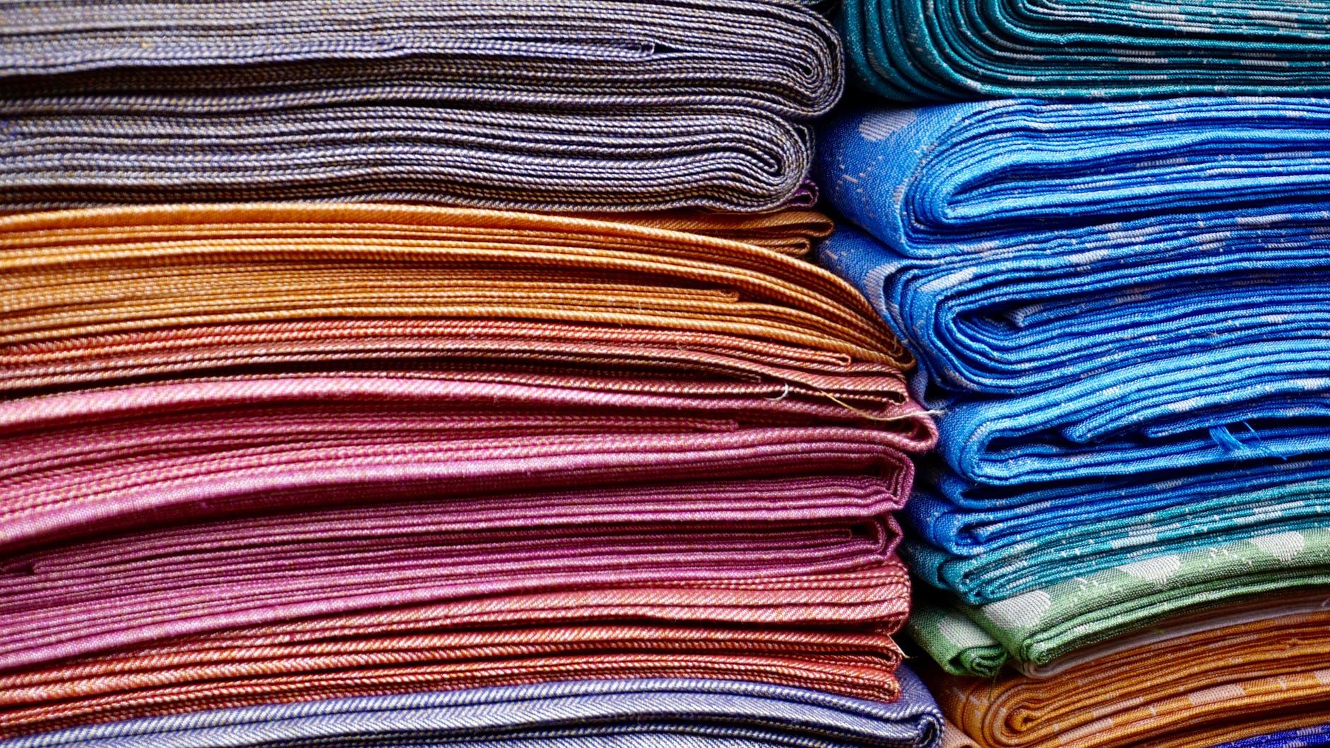 Čeští vědci testují látku, která dobije elektroniku v oděvech