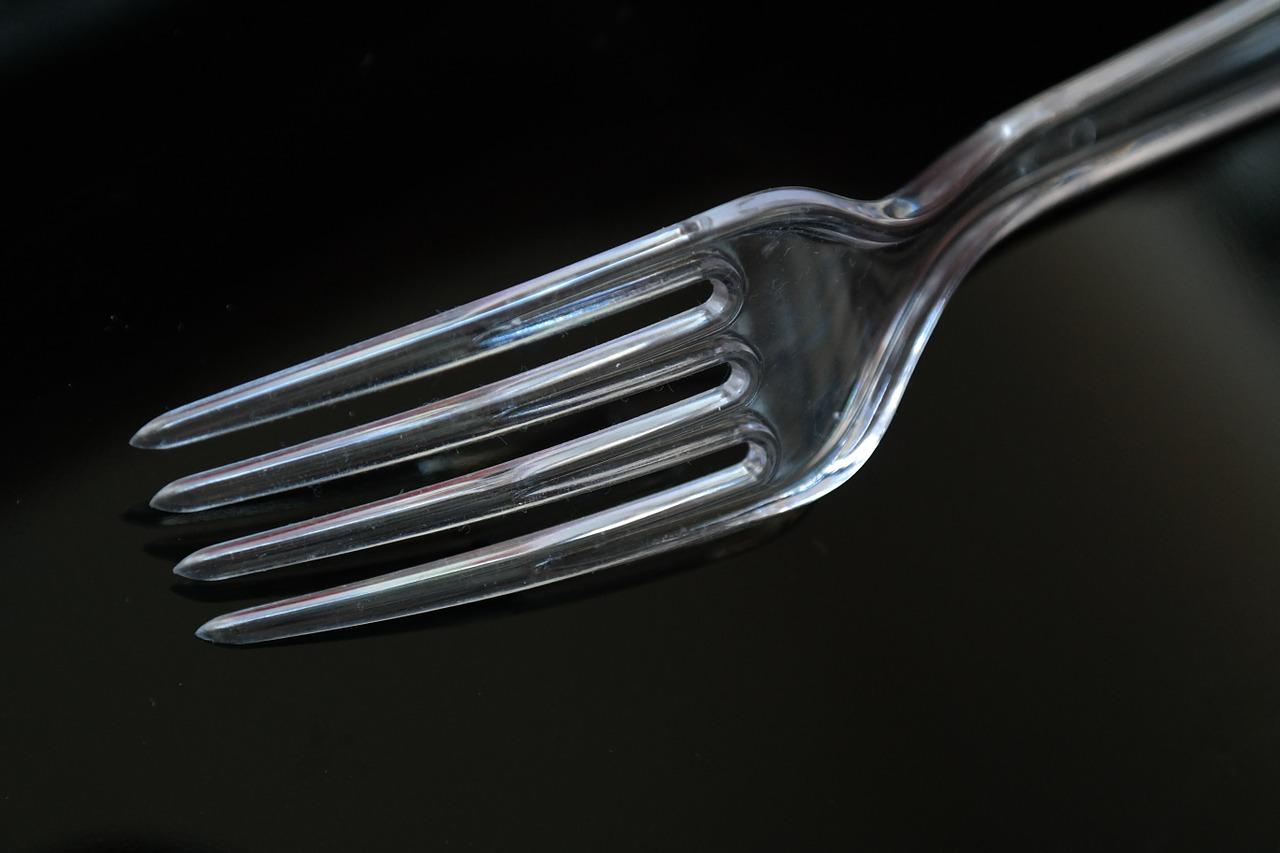 První řetězce v Česku přestávají nabízet plastové příbory nebo brčka