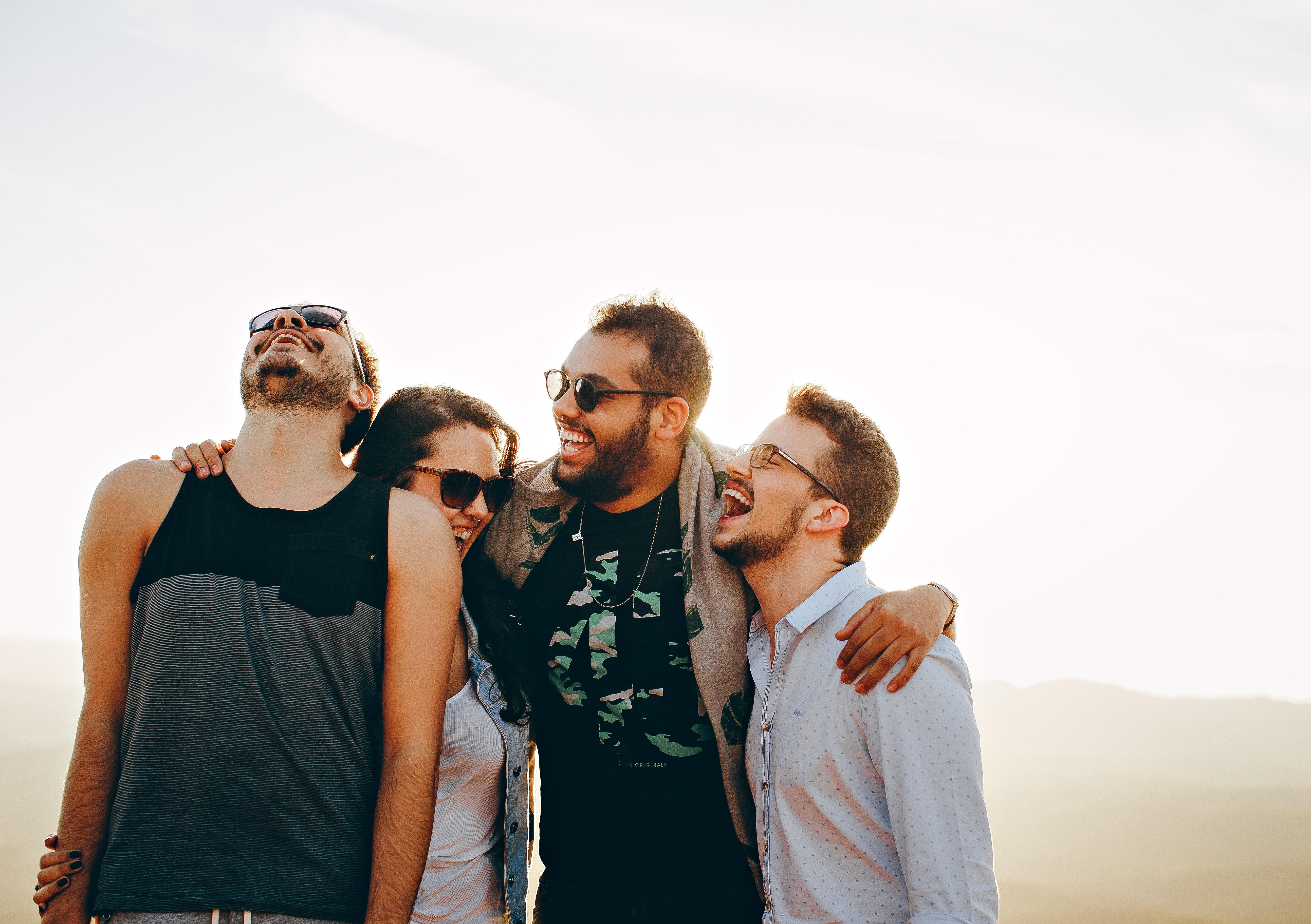Společnost druhých lidí zvyšuje pocit spokojenosti v životě, uvádí studie