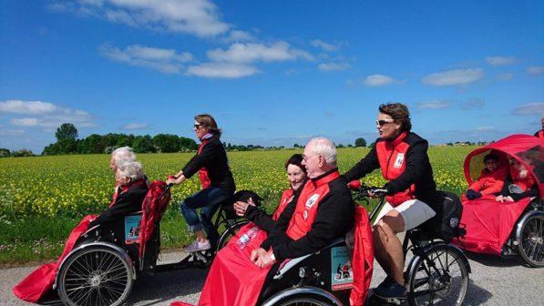 Dobrovolníci rozvážejí seniory po okolí na rikšách