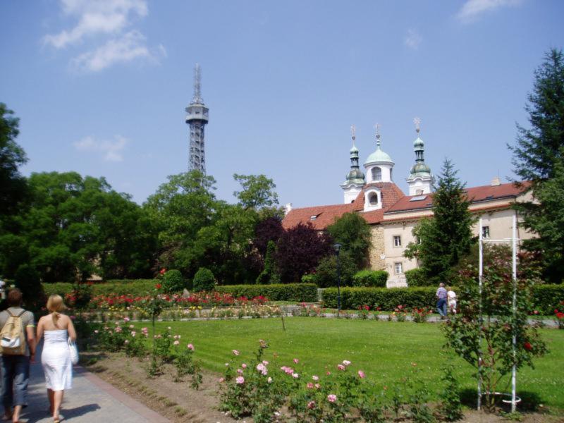Návštěvníky Petřínské rozhledny potěší nový park