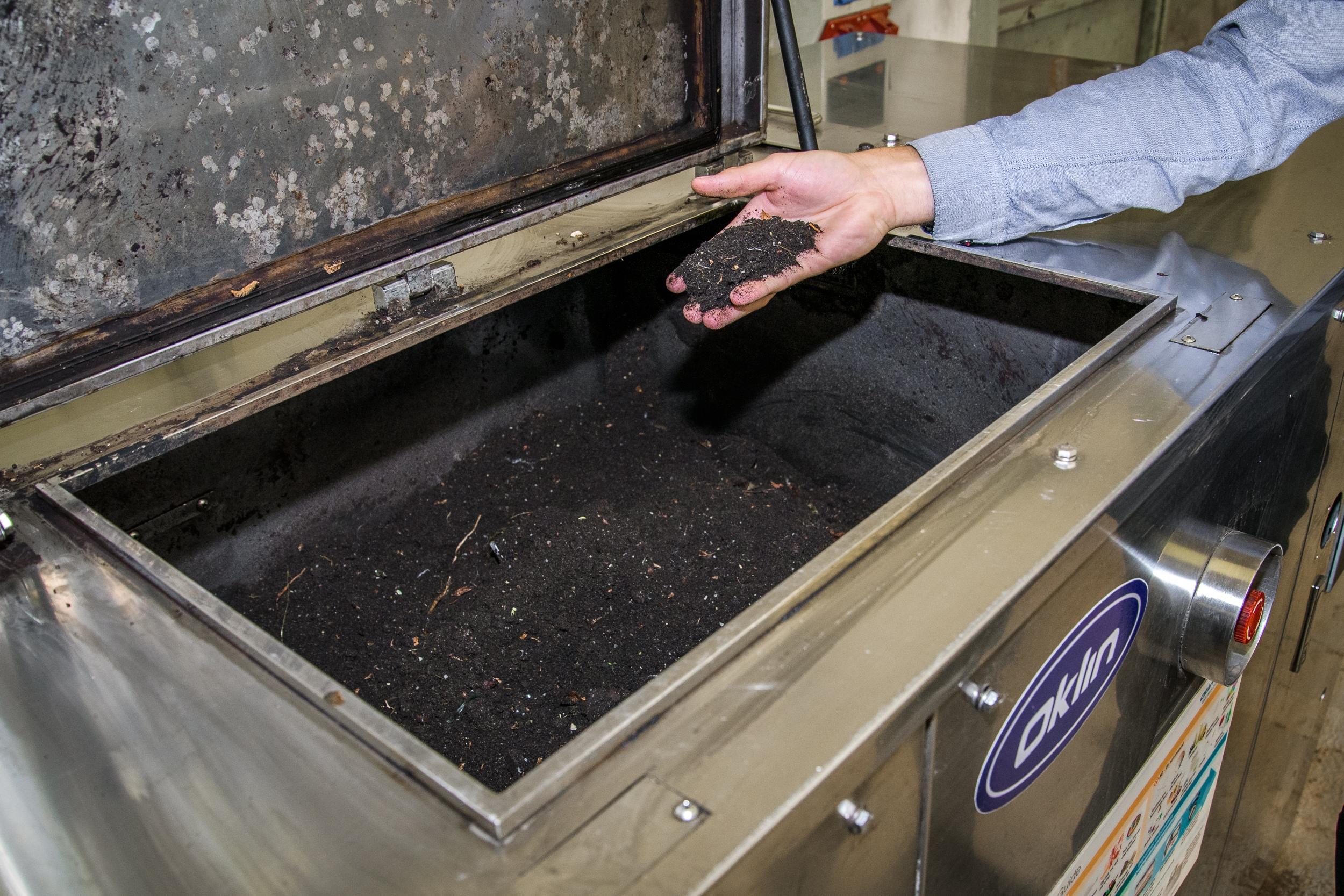 Pražská zoo nově využívá elektrický kompostér na bioplasty