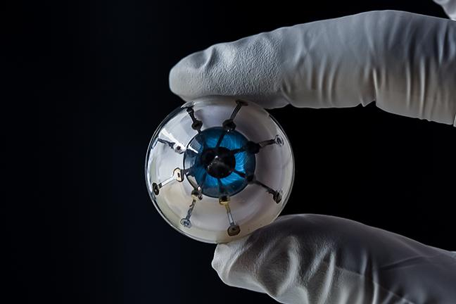 Vědci učinili senzační objev. Bionické oko časem umožní navrácení zraku slepým